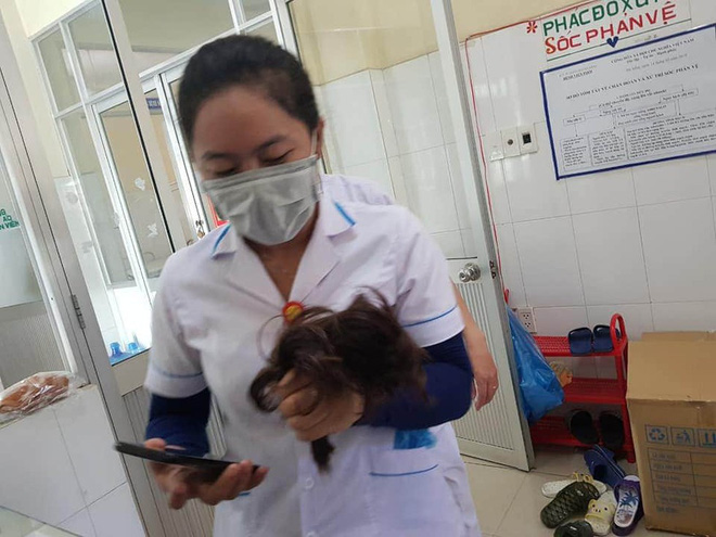 Nhiều bác sĩ, điều dưỡng cắt phăng mái tóc dài để thuận tiện chống dịch: Hết dịch rồi tóc sẽ mọc dài lại... - Ảnh 1.