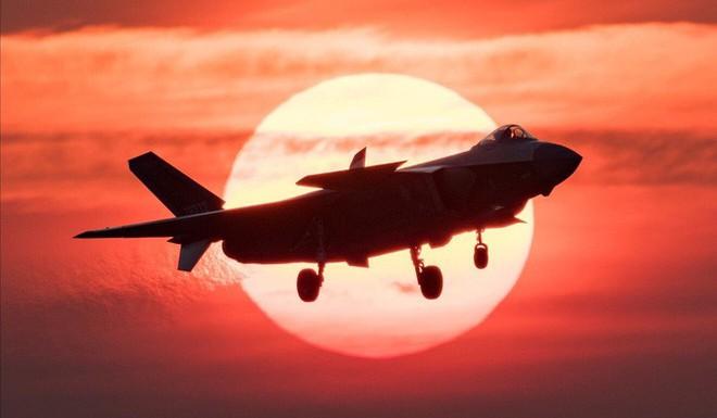 Nhà thiết kế J-20 của Trung Quốc bàn về chim ăn thịt F-22 của Mỹ - Ảnh 1.