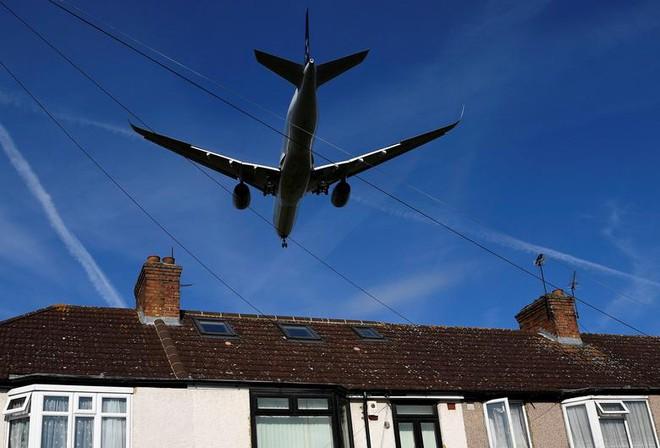 24h qua ảnh: Máy bay khổng lồ lướt qua mái nhà dân khi hạ cánh - Ảnh 2.