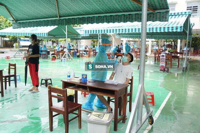 [Ảnh] Vào khu phong toả ở Đà Nẵng, tận mắt chứng kiến quy trình lấy mẫu xét nghiệm Covid-19 - Ảnh 8.