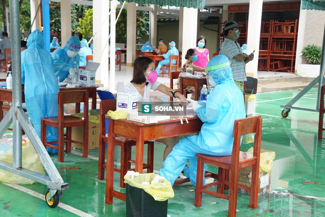 [Ảnh] Vào khu phong toả ở Đà Nẵng, tận mắt chứng kiến quy trình lấy mẫu xét nghiệm Covid-19 - Ảnh 9.