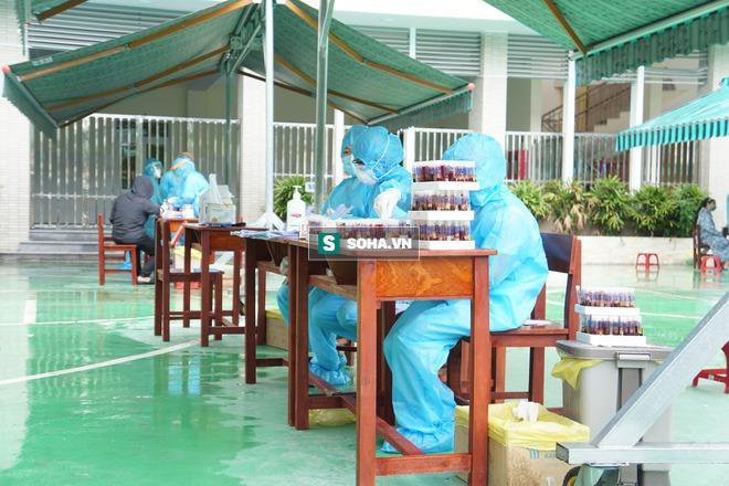 [Ảnh] Vào khu phong toả ở Đà Nẵng, tận mắt chứng kiến quy trình lấy mẫu xét nghiệm Covid-19 - Ảnh 13.