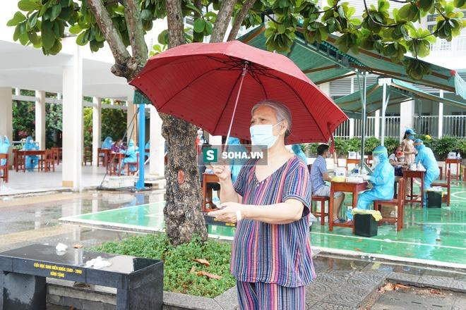 [Ảnh] Vào khu phong toả ở Đà Nẵng, tận mắt chứng kiến quy trình lấy mẫu xét nghiệm Covid-19 - Ảnh 4.