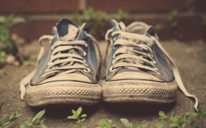 Tặng đi chỉ 1 chiếc giày, chủ tiệm giày góp phần giúp cậu bé nghèo trở thành người nổi tiếng khắp thế giới