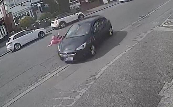 Bé gái lao nhanh sang đường không quan sát, bị ô tô húc văng lên không trung và diễn biến sau đó khiến mọi người kinh ngạc