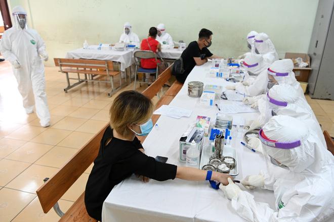 Cận cảnh điểm làm xét nghiệm nhanh Covid-19 cho người về từ Đà Nẵng ở Hà Nội - Ảnh 8.
