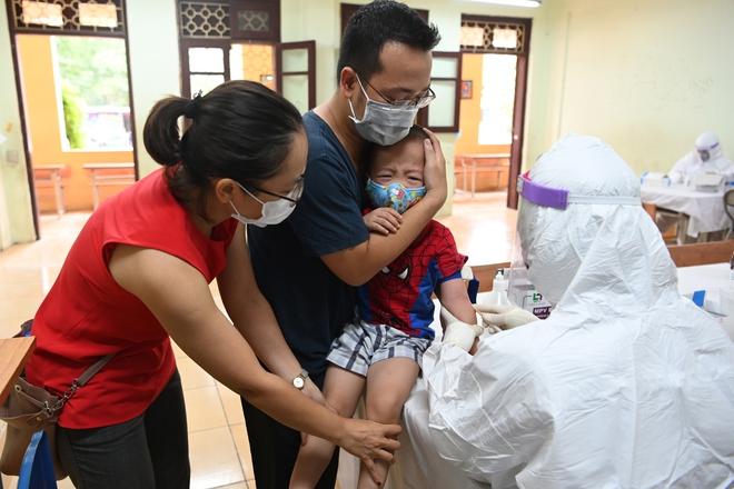 Cận cảnh điểm làm xét nghiệm nhanh Covid-19 cho người về từ Đà Nẵng ở Hà Nội - Ảnh 16.