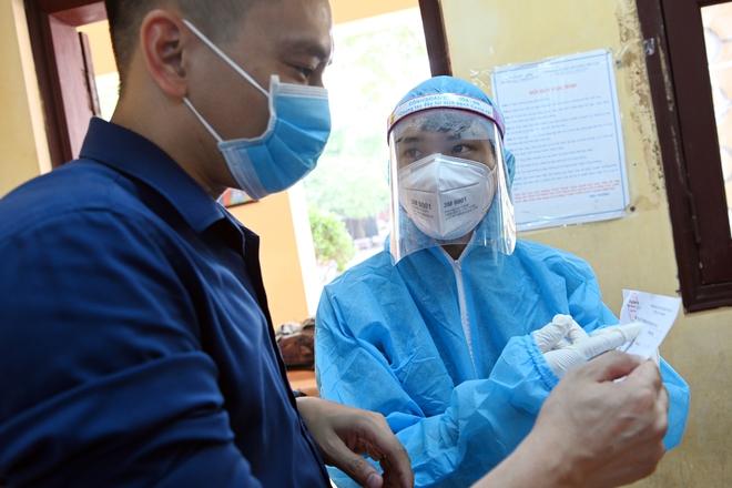 Cận cảnh điểm làm xét nghiệm nhanh Covid-19 cho người về từ Đà Nẵng ở Hà Nội - Ảnh 13.