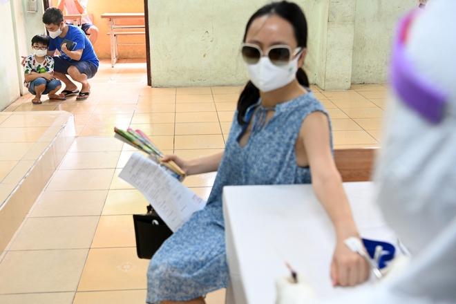 Cận cảnh điểm làm xét nghiệm nhanh Covid-19 cho người về từ Đà Nẵng ở Hà Nội - Ảnh 19.