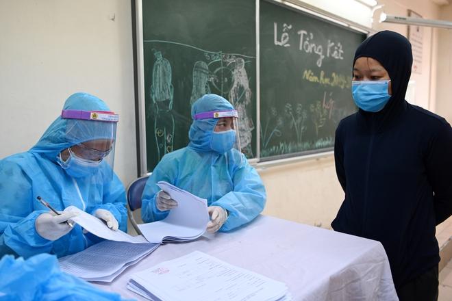 Cận cảnh điểm làm xét nghiệm nhanh Covid-19 cho người về từ Đà Nẵng ở Hà Nội - Ảnh 4.