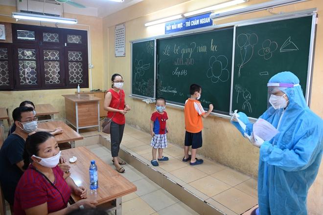 Cận cảnh điểm làm xét nghiệm nhanh Covid-19 cho người về từ Đà Nẵng ở Hà Nội - Ảnh 20.