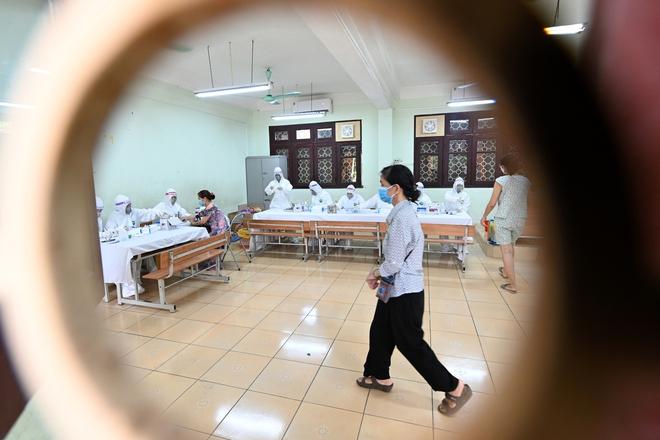 Cận cảnh điểm làm xét nghiệm nhanh Covid-19 cho người về từ Đà Nẵng ở Hà Nội - Ảnh 21.