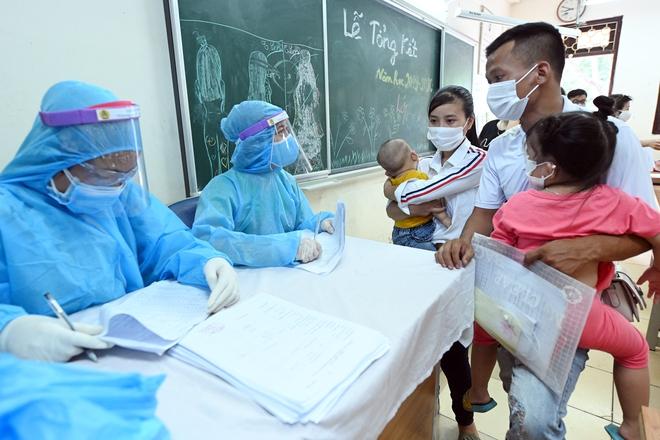 Cận cảnh điểm làm xét nghiệm nhanh Covid-19 cho người về từ Đà Nẵng ở Hà Nội - Ảnh 14.