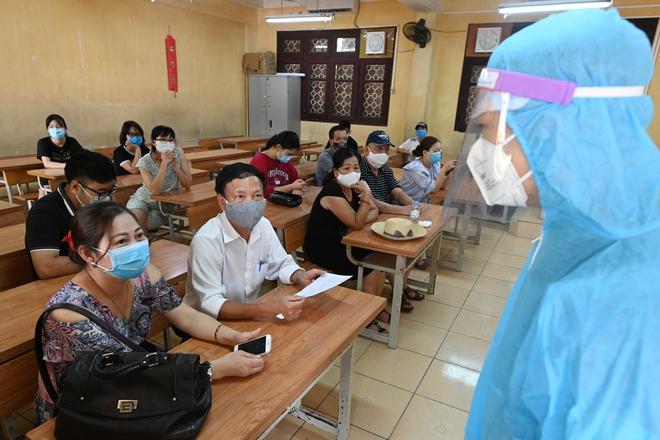 Cận cảnh điểm làm xét nghiệm nhanh Covid-19 cho người về từ Đà Nẵng ở Hà Nội - Ảnh 12.