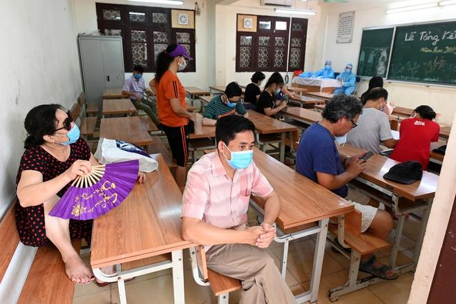 Cận cảnh điểm làm xét nghiệm nhanh Covid-19 cho người về từ Đà Nẵng ở Hà Nội - Ảnh 15.