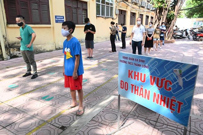 Cận cảnh điểm làm xét nghiệm nhanh Covid-19 cho người về từ Đà Nẵng ở Hà Nội - Ảnh 1.