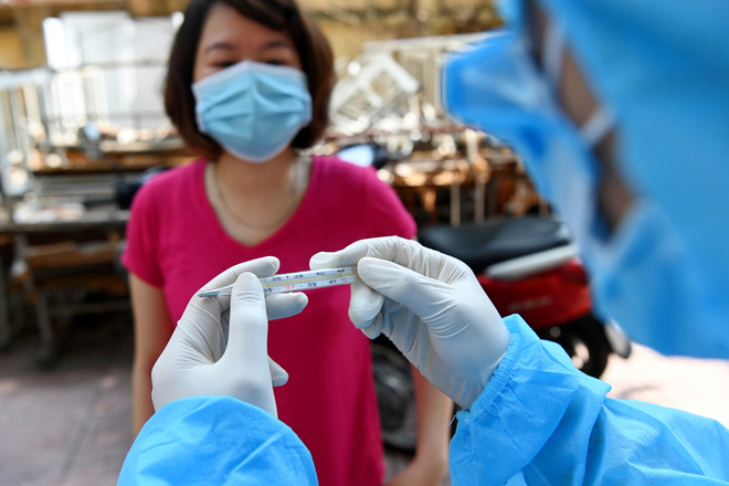 Cận cảnh điểm làm xét nghiệm nhanh Covid-19 cho người về từ Đà Nẵng ở Hà Nội - Ảnh 2.