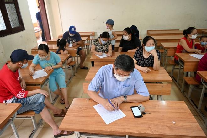 Cận cảnh điểm làm xét nghiệm nhanh Covid-19 cho người về từ Đà Nẵng ở Hà Nội - Ảnh 5.