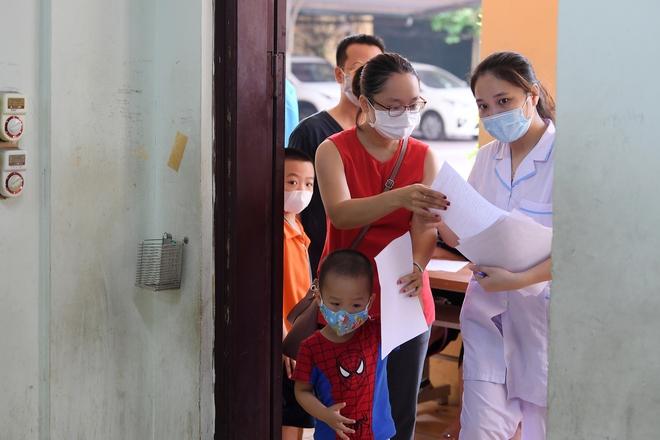 Cận cảnh điểm làm xét nghiệm nhanh Covid-19 cho người về từ Đà Nẵng ở Hà Nội - Ảnh 6.