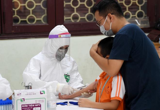 Cận cảnh điểm làm xét nghiệm nhanh Covid-19 cho người về từ Đà Nẵng ở Hà Nội - Ảnh 18.