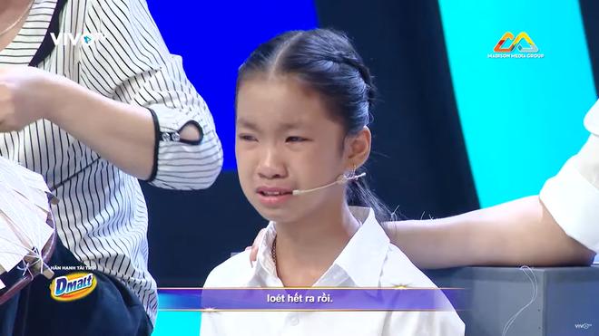 Trấn Thành khóc tặng 30 triệu cho cô bé làm nón bị cha ruồng bỏ vì sinh ra là con gái - Ảnh 1.