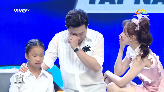 Trấn Thành khóc tặng 30 triệu cho cô bé làm nón bị cha ruồng bỏ vì sinh ra là con gái - Ảnh 4.