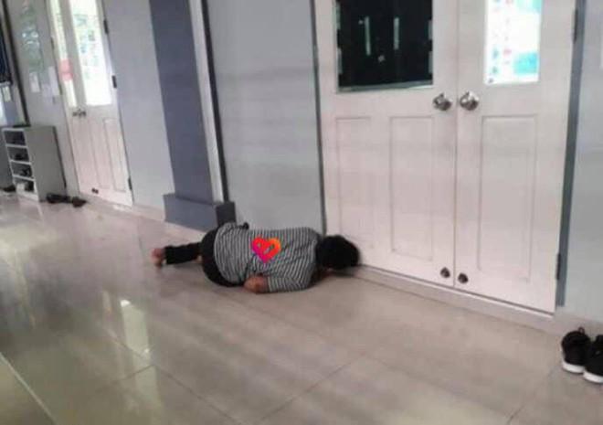 Lần đầu đưa con gái đi học, bố trẻ phải nằm ngoài cửa rình rập, lý do thật sự khiến tất cả bật cười - Ảnh 2.