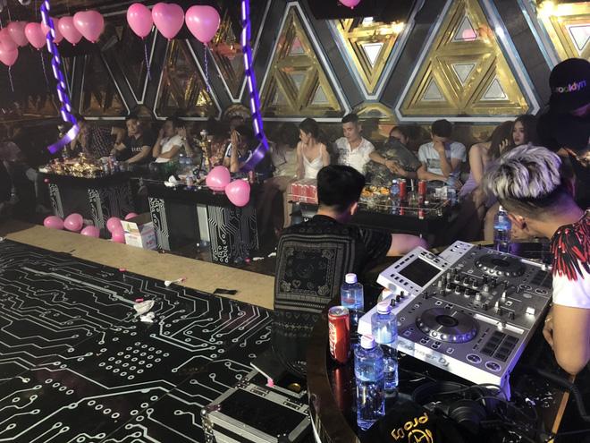 Gần 90 dân chơi dương tính với ma tuý trong quán karaoke ở Sài Gòn - Ảnh 2.