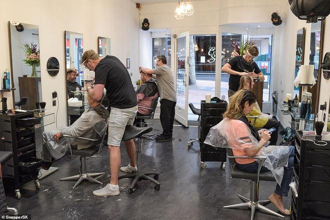 Ngày hội cắt tóc ở Anh: Nửa đêm đi xếp hàng, cửa tiệm nhấp kéo đến sáng - ảnh 2