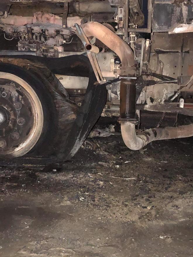 Sau tai nạn khiến người đi xe máy tử vong, xe tải kéo lê xe máy rồi bốc cháy dữ dội - Ảnh 6.