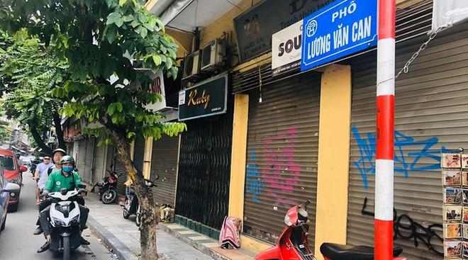 """Hàng loạt cửa hàng """"cửa đóng, then cài"""" trên phố cổ Hà Nội vốn sầm uất - Ảnh 1."""