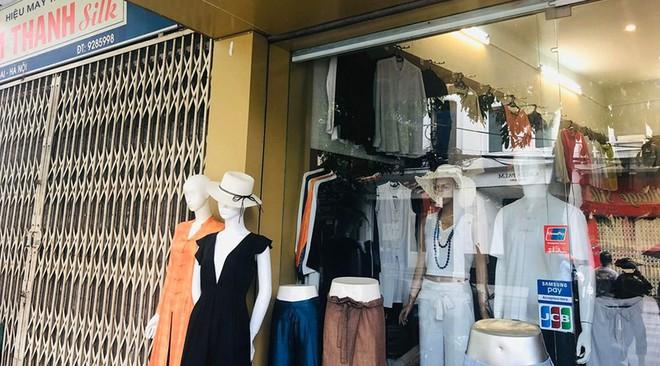 """Hàng loạt cửa hàng """"cửa đóng, then cài"""" trên phố cổ Hà Nội vốn sầm uất - Ảnh 2."""