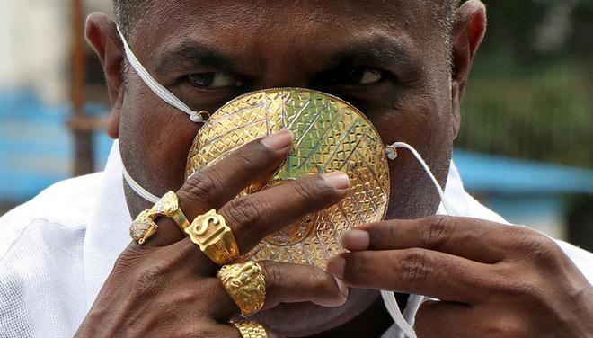 Bỏ 40.000 USD làm khẩu trang bằng vàng ròng chống Covid-19 - Ảnh 1.