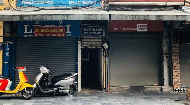 """Hàng loạt cửa hàng """"cửa đóng, then cài"""" trên phố cổ Hà Nội vốn sầm uất - Ảnh 11."""
