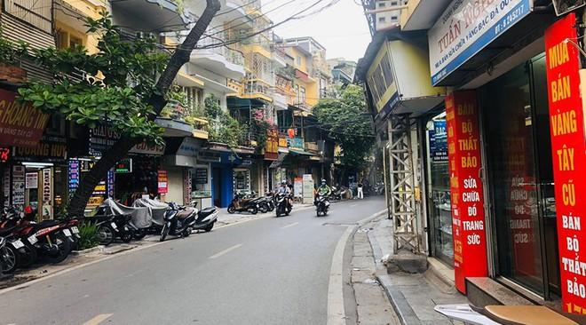 """Hàng loạt cửa hàng """"cửa đóng, then cài"""" trên phố cổ Hà Nội vốn sầm uất - Ảnh 12."""