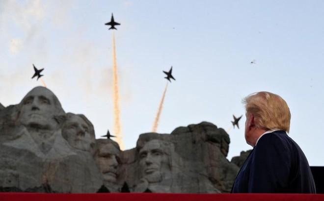 Ảnh: Mỹ mừng Quốc khánh giữa dịch Covid-19 với chiến cơ và pháo hoa - Ảnh 12.