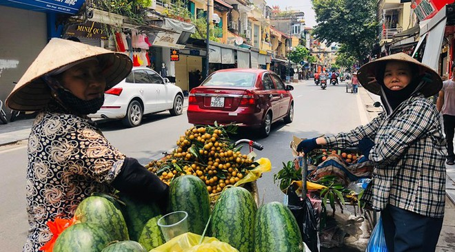 """Hàng loạt cửa hàng """"cửa đóng, then cài"""" trên phố cổ Hà Nội vốn sầm uất - Ảnh 13."""