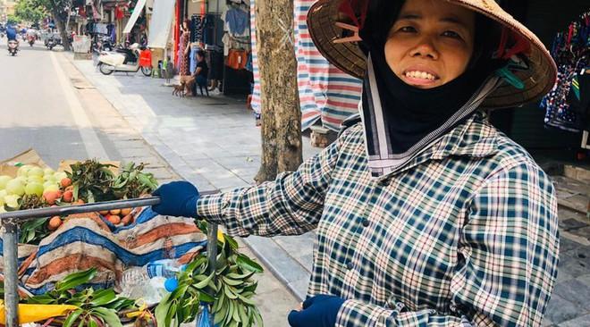 """Hàng loạt cửa hàng """"cửa đóng, then cài"""" trên phố cổ Hà Nội vốn sầm uất - Ảnh 14."""