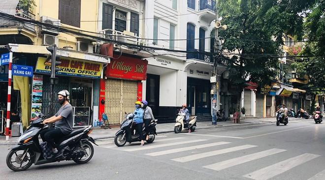 """Hàng loạt cửa hàng """"cửa đóng, then cài"""" trên phố cổ Hà Nội vốn sầm uất - Ảnh 3."""