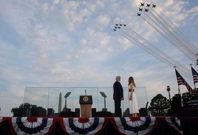 Ảnh: Mỹ mừng Quốc khánh giữa dịch Covid-19 với chiến cơ và pháo hoa - Ảnh 3.