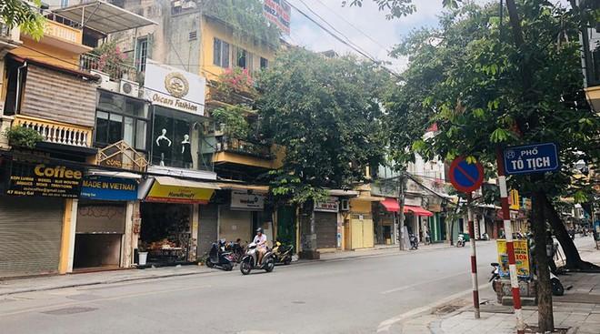 """Hàng loạt cửa hàng """"cửa đóng, then cài"""" trên phố cổ Hà Nội vốn sầm uất - Ảnh 4."""