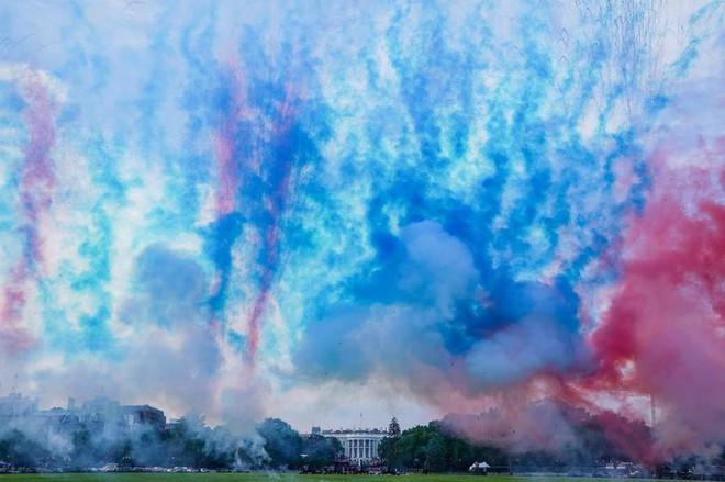 Ảnh: Mỹ mừng Quốc khánh giữa dịch Covid-19 với chiến cơ và pháo hoa - Ảnh 4.