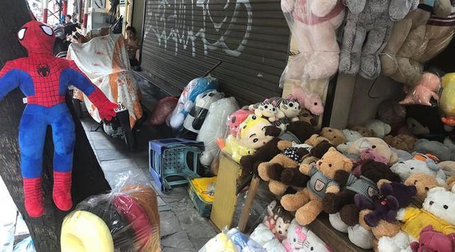 """Hàng loạt cửa hàng """"cửa đóng, then cài"""" trên phố cổ Hà Nội vốn sầm uất - Ảnh 5."""