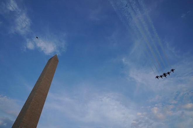 Ảnh: Mỹ mừng Quốc khánh giữa dịch Covid-19 với chiến cơ và pháo hoa - Ảnh 5.