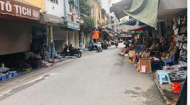 """Hàng loạt cửa hàng """"cửa đóng, then cài"""" trên phố cổ Hà Nội vốn sầm uất - Ảnh 7."""
