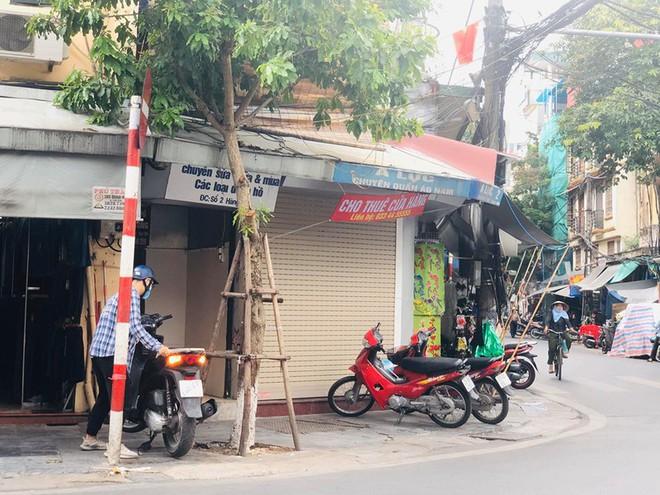 """Hàng loạt cửa hàng """"cửa đóng, then cài"""" trên phố cổ Hà Nội vốn sầm uất - Ảnh 8."""