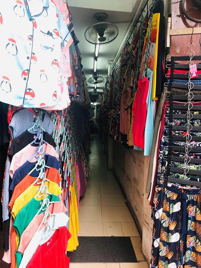 """Hàng loạt cửa hàng """"cửa đóng, then cài"""" trên phố cổ Hà Nội vốn sầm uất - Ảnh 9."""