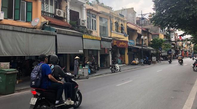 """Hàng loạt cửa hàng """"cửa đóng, then cài"""" trên phố cổ Hà Nội vốn sầm uất - Ảnh 10."""