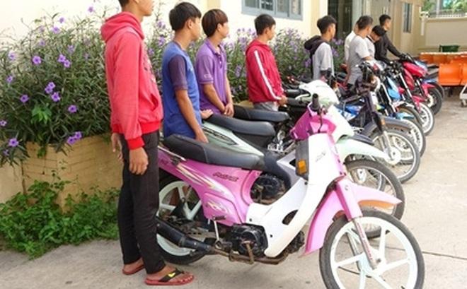 """Vây bắt 16 """"quái xế"""" trước cổng trường học"""