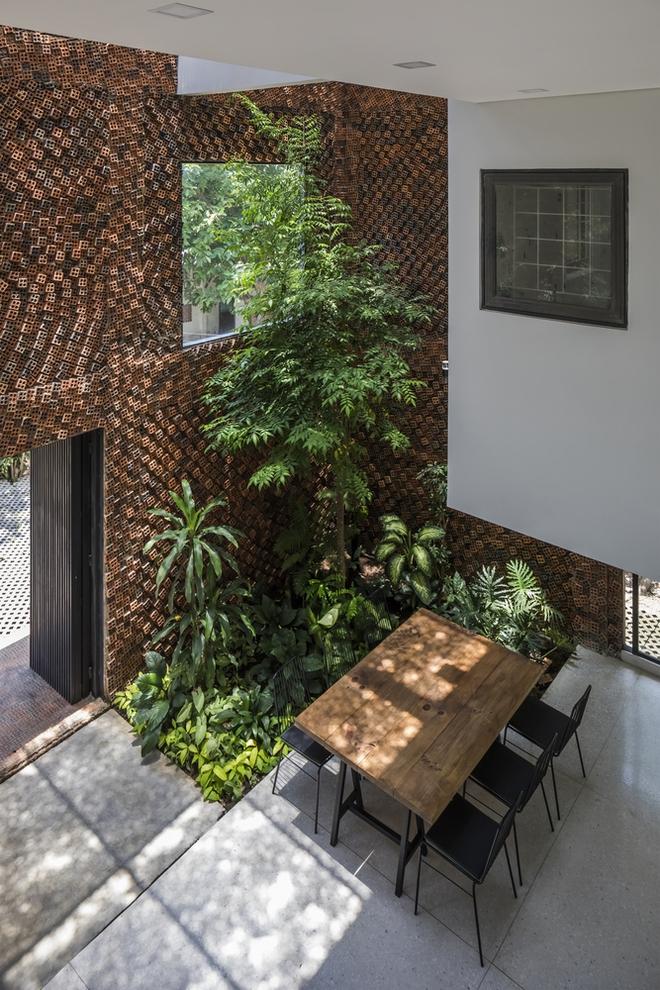 Căn nhà có những bức tường thở tại Biên Hòa nhìn thôi cũng đủ bị mê hoặc - Ảnh 1.